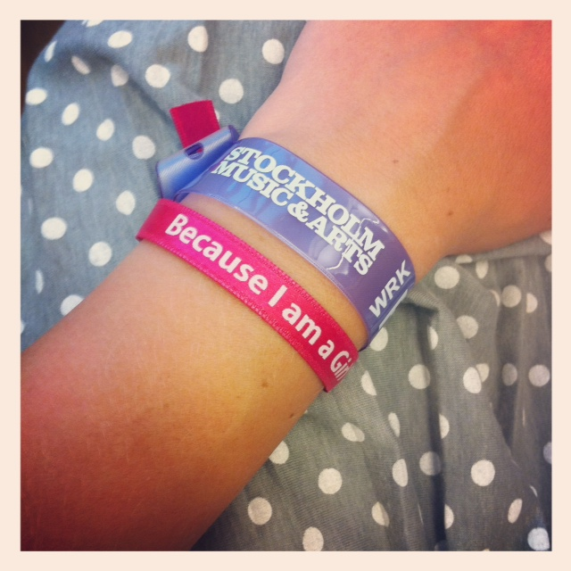 """Armbandet """"Because I am a Girl"""" som du får om du kommer förbi och räcker upp en hand för flickors rättigheter!"""