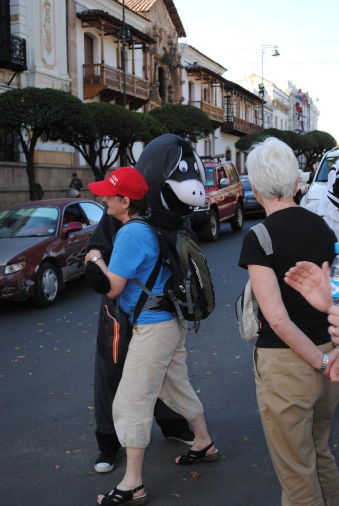 Dans med en åsna mitt i gatan blev det för fadder Inga-Lill