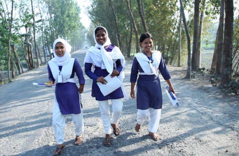 Flickor i Bangladesh som ingår i ett av Plans projekt för att förhindra barnäktenskap
