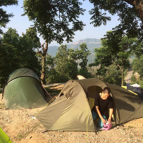 Sofia Klemming Nordenskiöld i  tältlägret i Dolakha, Nepal
