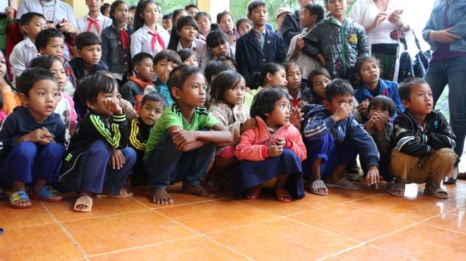 Barnen tittar på demonstrationen av hur man tvättar händerna korrekt
