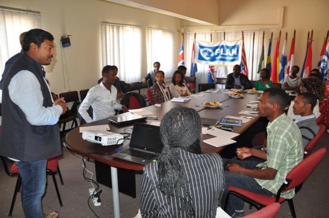 Plan International Etiopiens generalsekreterare Manoj Kumar, välkomnar ungdomarna i The National Youth Advisory Committee (NYAC). Jag syns till höger om Manoj.
