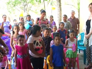 Vi började dagen med att träffa en förskoleklass utanför Madriz.