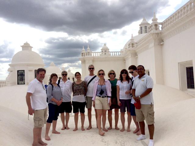 Gruppen med faddrar på katedralens vita tak.