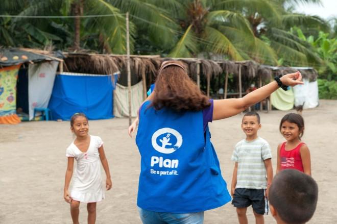 Plan Internationals lokala personal finns på plats för att stötta barnen.