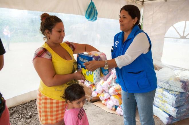 Våra katastrofinsatsernår cirka 75 000 människor, hälften av dem barn. Insatserna involverar bland annat distribution av mat och vatten, filtar, madrasser och hygienkit.