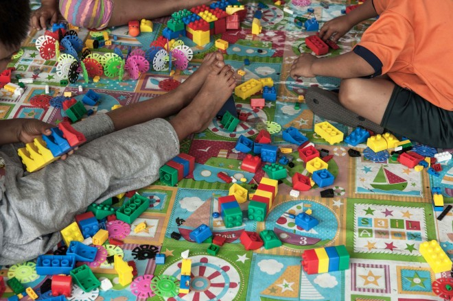 Barn har rätt att leka - även i katastrofer. Här sysselsätter sig några barn med legobygge i ett tillfälligt boende som upprättats i en flygplatsbyggnad.
