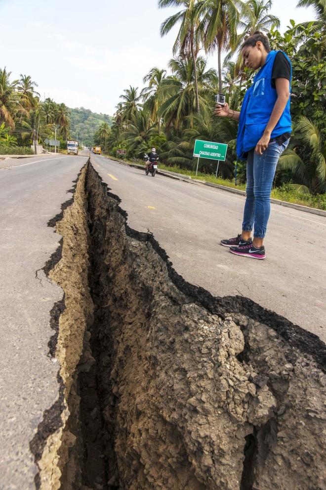 Jordbävningen mätte 7,8 på richterskalan och slog till i närheten av kuststaden Muisne i Ecuador.
