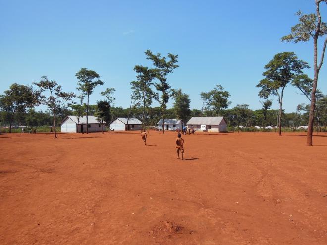 På väg till barnsäker plats i Mntendeli. Plan och Caritas delar på platserna för att bedriva utbildning och skydd av barn på samma område för att försäkra sig om att barnen inte behöver förflytta sig långt mellan skola och barnsäker plats.