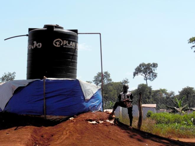 Vattentank vid skolan och den barnsäkra platsen. Vatten är en bristvara i lägren och dessa behållare är av stor vikt för att kunna bedriva verksamheten och samtidigt behålla den standard som barnen behöver.