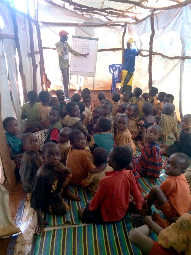Läxhjälp pågår i en av de mobila barnsäkra platserna i Nduta. Barnen i den här gruppen är mellan 5 och 8 år gamla.