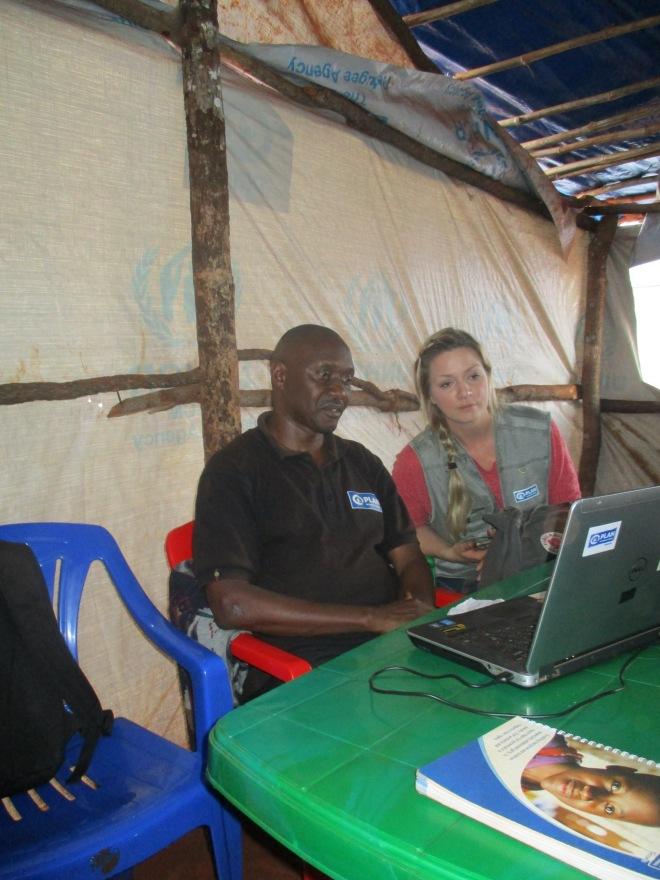 Plan International Tanzanias case management personal som registrerar behov av skydd för barn visar hur systemet fungerar. Systemet heter CPIMS och ägs av UNICEF. Alla aktörer som arbetar med case management i lägren använder detta för att samla all information i en och samma databas.